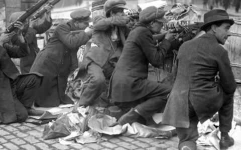 Irish people during the Easter Uprising - Public Domain
