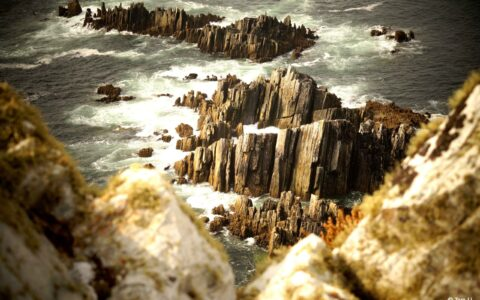 At the Slieve League, the immense water bordering the cliffs also shelters small rocks that are heckled by the eddy - Credits Tom Lj
